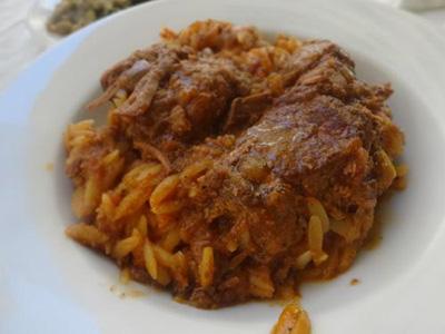 ギリシャ風ビーフシチュー お米の形をしたパスタが一緒に煮込まれています。お肉が超柔らかくてこれも美味