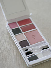 TRAVEL MAKE-UP PALETTE