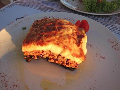 ムサカ ナスとじゃがいも、ミートソースにたっぷりパルメザンチーズを乗せて焼いたもの